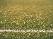 Playfield gräns Closeupsikt till vita linjer på fotbolllekplats Detalj av a av vita linjer Royaltyfri Fotografi
