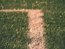 Playfield gräns Closeupsikt till vita linjer på fotbolllekplats Detalj av a av vita linjer Royaltyfri Bild