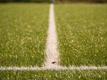 Playfield gräns Closeupsikt till vita linjer på fotbolllekplats Detalj av a av vita linjer Arkivbilder