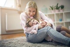 playful Matriz e filha em casa imagem de stock royalty free