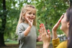 playful Tempo da filha da mãe fotos de stock
