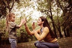 playful Tempo della figlia della madre Madre single fotografia stock