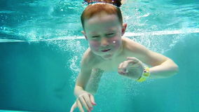 Playfull男孩在热的冬天水池潜水 股票视频
