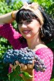 Playfull brunett i vingården Arkivbilder