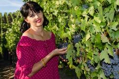 Playfull brunett i vingården Arkivfoton