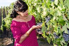Playfull brunett i vingården Royaltyfri Fotografi