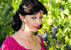 Playfull brunett i vingården Royaltyfri Foto