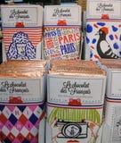 Playfully slågna in franska sötsaker för den omdömesgilla chokladtokiget Arkivfoto