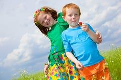 Playin golden-haired de dos niños el campo imágenes de archivo libres de regalías