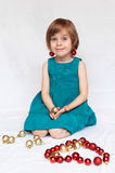 Playin lindo de la muchacha con las decoraciones de la Navidad Imagen de archivo libre de regalías
