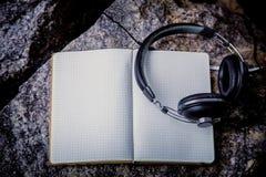 Playlist, ακουστικά σημειωματάριων Στοκ εικόνα με δικαίωμα ελεύθερης χρήσης