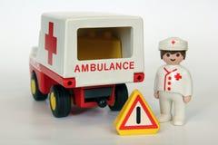 Playmobil - γιατρός, ασθενοφόρο και προειδοποιητικό σημάδι Στοκ φωτογραφία με δικαίωμα ελεύθερης χρήσης