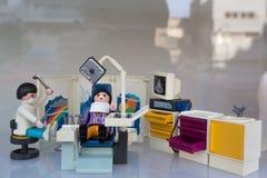 Playmobil leksakplats som föreställer det levande av tandläkekonst och medien arkivfoton