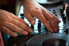 Playng de DJ en regulador de mezcla profesional Fotos de archivo libres de regalías