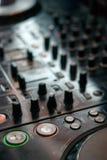 Playng de DJ en regulador de mezcla profesional Imágenes de archivo libres de regalías