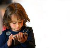 3-4 playng della ragazza di anni con il suo primo computer fotografia stock libera da diritti