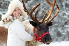 Playtime зимы Счастливая маленькая девочка обнимая ее северный оленя Стоковое Изображение RF