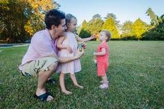 Playtime дочерей отца стоковые изображения rf