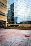 Plaza και σύγχρονα κτήρια στη Βαλτιμόρη, Μέρυλαντ Στοκ φωτογραφία με δικαίωμα ελεύθερης χρήσης