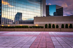 Plaza και σύγχρονα κτήρια στο ηλιοβασίλεμα στη στο κέντρο της πόλης Βαλτιμόρη, Mary Στοκ φωτογραφία με δικαίωμα ελεύθερης χρήσης