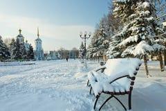 Plaza στην πόλη στην αυγή μετά από χιονοπτώσεις Στοκ φωτογραφία με δικαίωμα ελεύθερης χρήσης