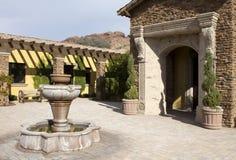 Plaza al aire libre casera de la fuente de la mansión Imagen de archivo libre de regalías