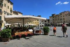 Plaza Anfiteatro en Lucca, Toscana, Italia imágenes de archivo libres de regalías
