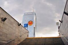 Plaza azul da torre do prédio de escritórios moderno Fotos de Stock Royalty Free