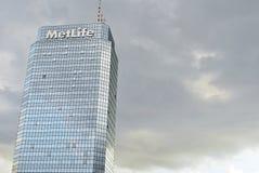 Plaza azul da torre do prédio de escritórios moderno Foto de Stock Royalty Free