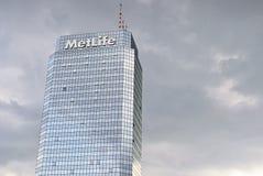 Plaza azul da torre do prédio de escritórios moderno Fotografia de Stock