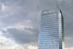 Plaza azul da torre do prédio de escritórios moderno Imagens de Stock