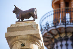 Plaza Carlos Castel Spain da estátua do EL Torico de Aragon Teruel imagens de stock royalty free
