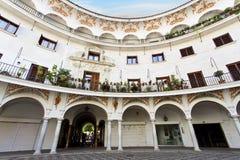 Plaza carrée pittoresque del Cabildo pendant le matin, Séville image stock