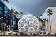 Plaza com a abóbada de Buckminster Fuller no Midtown Miami fotografia de stock royalty free
