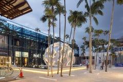 Plaza con la bóveda de Buckminster Fuller en el Midtown Miami Fotografía de archivo