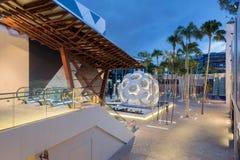 Plaza con la bóveda de Buckminster Fuller en el Midtown Miami Foto de archivo