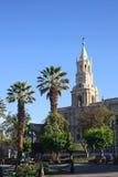 Plaza DA Armas et la cathédrale de basilique à Arequipa, Pérou Photographie stock libre de droits