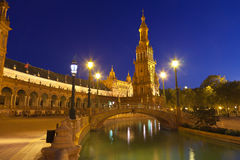 Plaza de西班牙在塞维利亚在晚上,西班牙 免版税库存图片