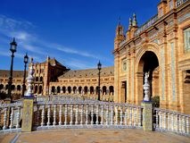 Plaza de西班牙广场美妙地装饰的桥梁和大厦在塞维利亚,西班牙 库存照片