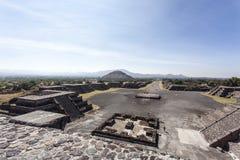 Plaza de Λα Luna πλατεία και η πυραμίδα του ήλιου Piramide del Sol σε Teotihuacan, Μεξικό Στοκ φωτογραφία με δικαίωμα ελεύθερης χρήσης