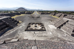 Plaza de Λα Luna πλατεία και η πυραμίδα του ήλιου Piramide del Sol σε Teotihuacan, Μεξικό Στοκ Εικόνα