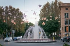 Plaza de Λα Reina πηγή με τις ελαφριές διακοσμήσεις Χριστουγέννων Στοκ εικόνα με δικαίωμα ελεύθερης χρήσης