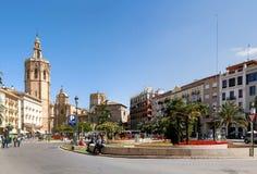 Plaza de Λα Reina στη Βαλένθια, Ισπανία, με τον πύργο καθεδρικών ναών και κουδουνιών στην απόσταση Στοκ εικόνες με δικαίωμα ελεύθερης χρήσης