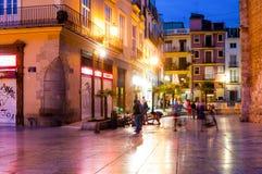 Plaza de Λα Reina (τετράγωνο βασίλισσας) και τουρίστες τη νύχτα στη Βαλένθια, Ισπανία Στοκ Φωτογραφία