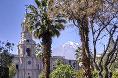 Plaza de Armas avec le volcan d'El Misti, Arequipa photographie stock libre de droits