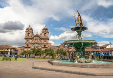 Plaza de Armas com Inca Fountain e o Compania de Jesus Church - Cusco, Peru imagem de stock