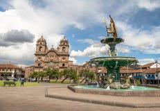 Plaza de Armas con Inca Fountain y Compania de Jesus Church - Cusco, Perú imagen de archivo