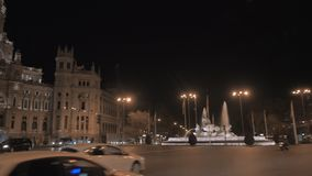 Plaza de Cibeles con la Banca de Espana e Cybele Palace nella notte Madrid, Spagna stock footage