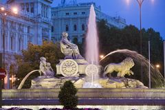 Plaza de Cibeles med Fuente de Cibele på skymning, Madrid, Spanien Arkivbild