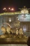 Plaza de Cibeles med Fuente de Cibele på skymning, Madrid, Spanien Arkivbilder